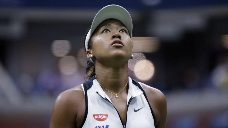 Naomi Osaka observa el marcador durante su duelo contra Belinda Bencic