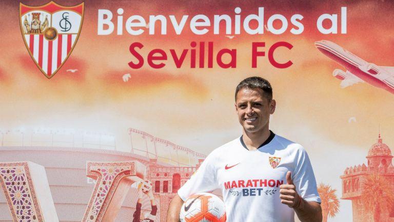 Chicharito en su presentación con el Sevilla