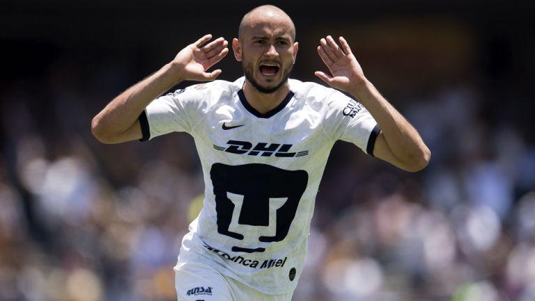 Carlos González, durante un duelo con Pumas