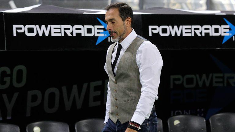 Gustavo Matosas luce cabizbajo durante un partido