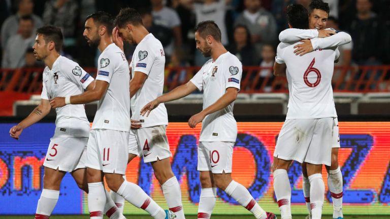 Jugadores de Portugal tras la anotación de CR7