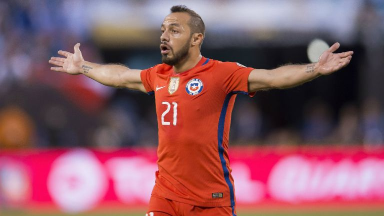 Marcelo Díaz durante un juego con la Selección de Chile