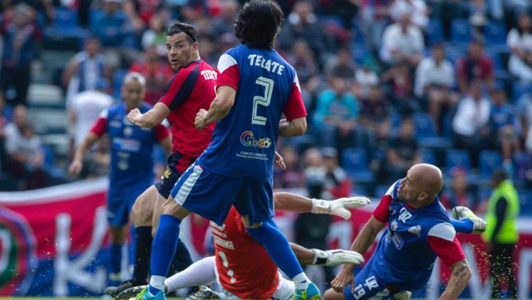 Chamagol González disputa un balón durante el partido de leyendas ante Cruz Azul