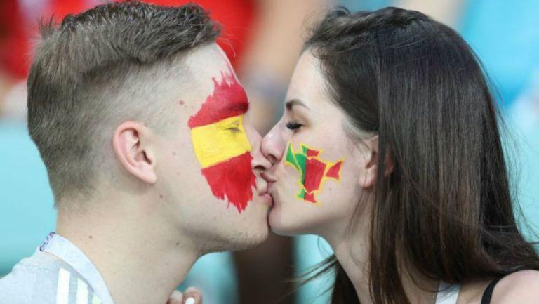 Aficionado de España y Portugal dándose un beso en un partido