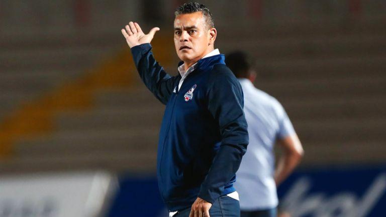 Héctor Altamirano dirige a sus pupilos en un partido con Cimarrones
