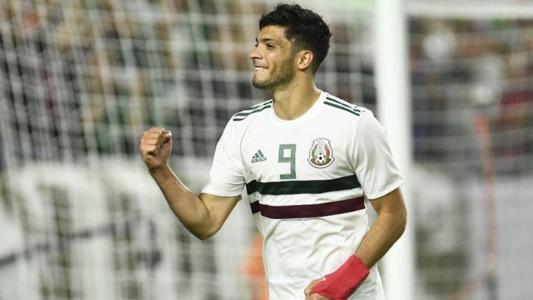 Raúl Jiménez festeja un gol con México en la era de Tata Martino