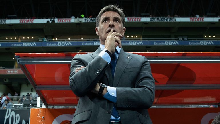Michel González observa un partido de Pumas