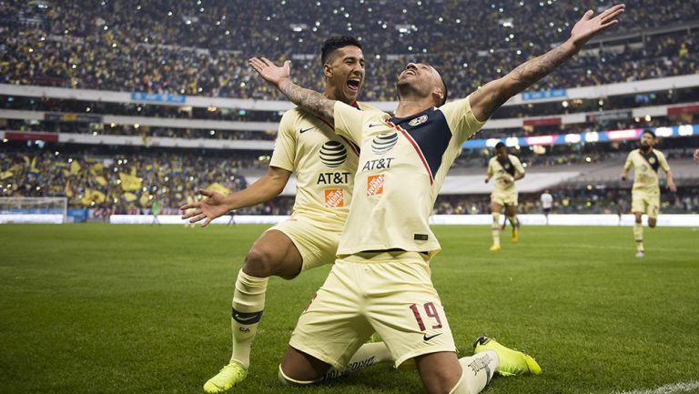 Jugadores del América celebran gol contra Pumas