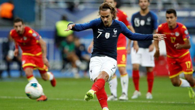 Griezmann cobra un penalti con la selección de Francia