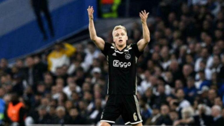 Donny van de Beek lamentándose en un partido con Ajax