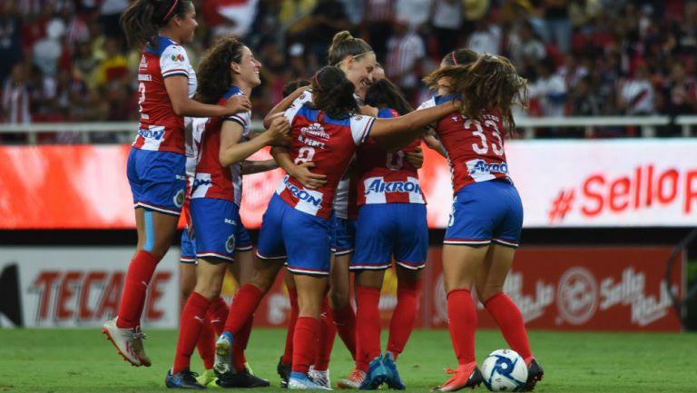 Las jugadoras de Chivas Femenil celebran uno de los goles sobre América