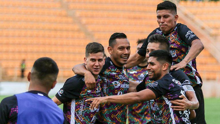 Jugadores de Alebrijes celebran gol contra Zacatepec