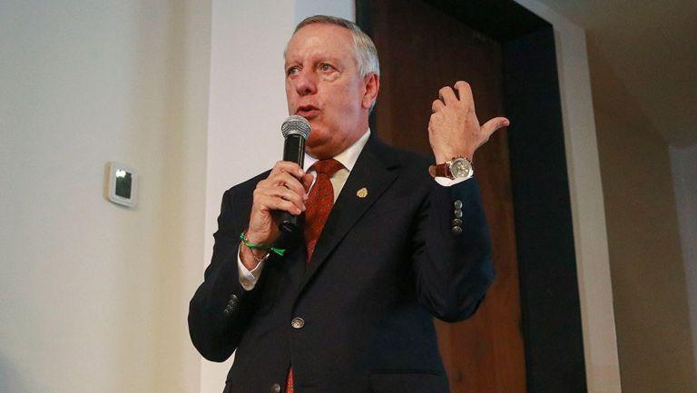 Arturo Brizio durante una presentación con la Comisión de Arbitraje