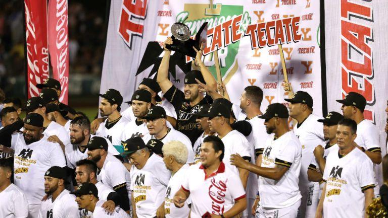 Los jugadores de Leones de Yucatán celebran el campeonato