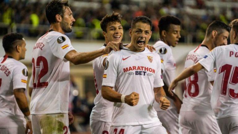 Chicharito festeja su gol ante el Qarabag