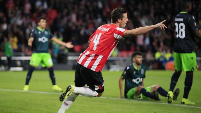 Nick Viergever festeja un gol del PSV ante el Sporting