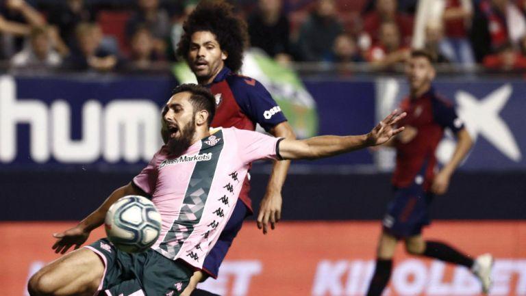 Borja Iglesias en acción del Osasuna vs Betis