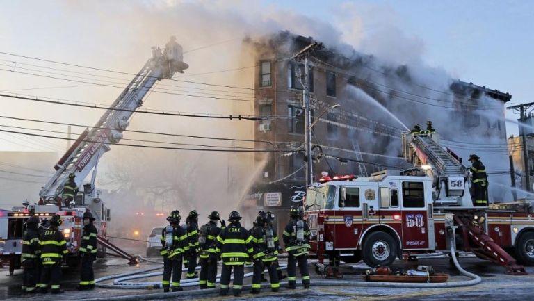 Bomberos trabajan para contener un incendio