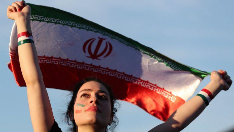 Aficionada de Irán ondea su bandera en un partido eliminatorio para Rusia 2018