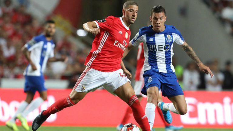 Mateus Uribe disputa un balón en un partido contra Benfica