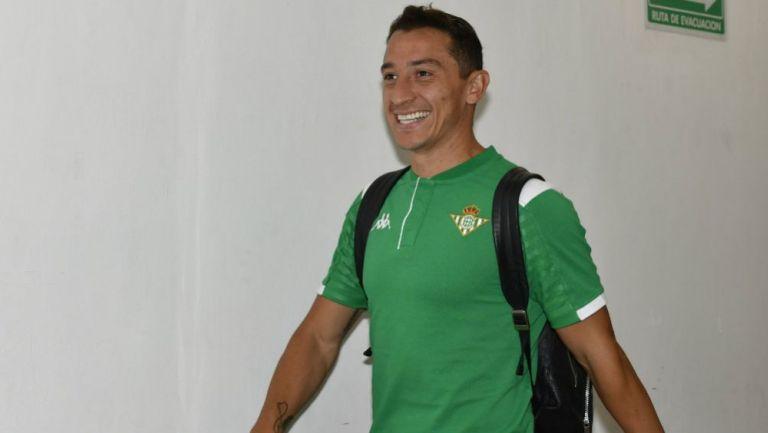 Andrés Guardado sonríe previo a un juego del Betis