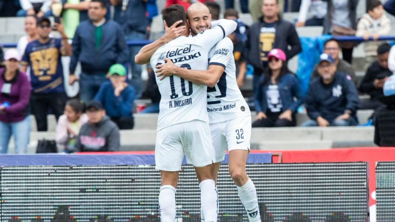 Carlos González celebra el primer gol de Pumas ante Santos