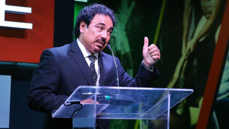 Hugo Sánchez durante un evento de premiación