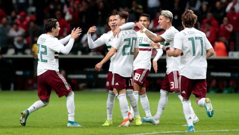Jugadores de México celebran el gol de Angulo ante Trinidad y Tobago