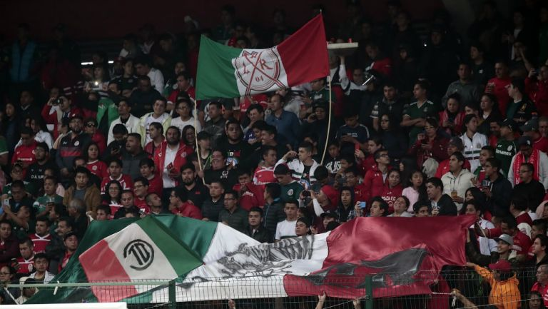 Aficionados apoyan a México en el Nemesio Diez