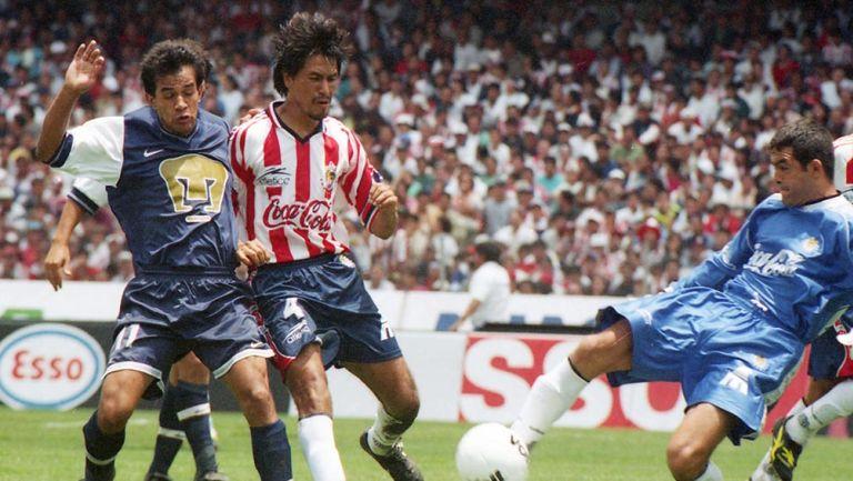 Claudio Suárez disputa el balón en un partido contra Pumas