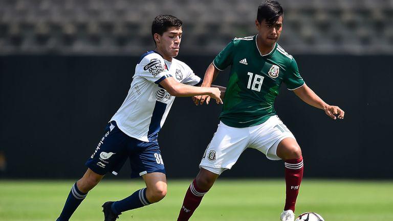 Efraín Álvarez, en un amistoso del Tri Sub 17 contra su similar del Puebla