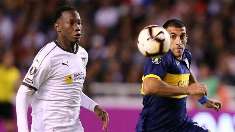 Caicedo y Ramón Ábila luchan por la pelota en juego de la Copa Libertadores