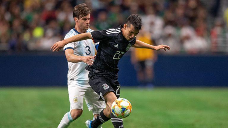 Chukcy Lozano control balón en juego contra Argentina