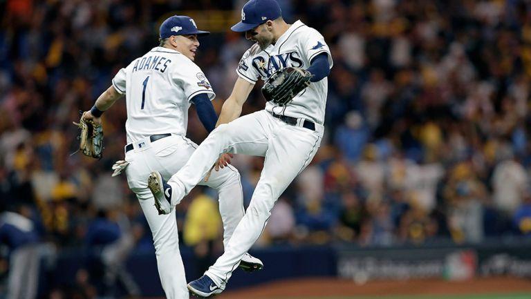Jugadores de los Rays celebran contra Houston