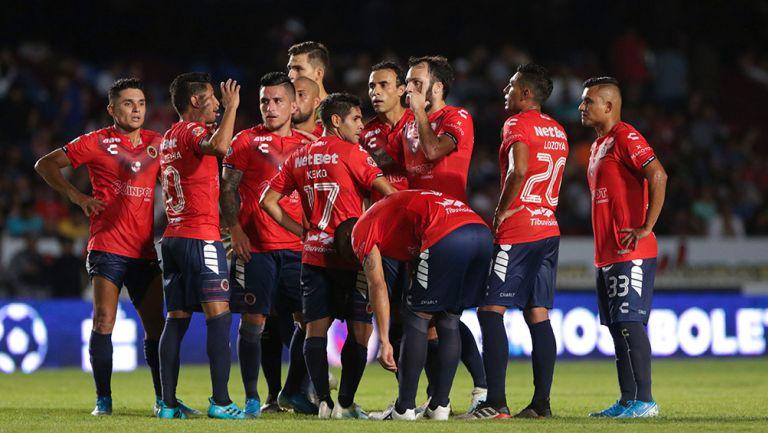 Jugadores de Veracruz se reúnen durante un partido