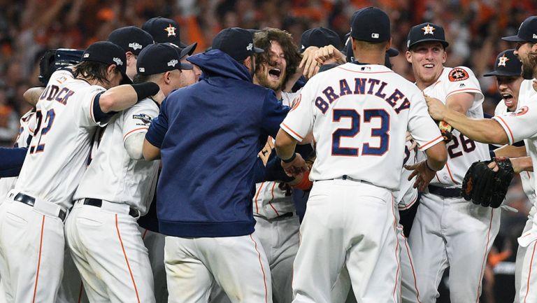 Jugadores de los Astros festejan en Minute Maid Park