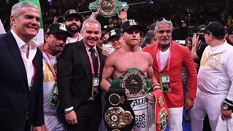 Canelo Álvarez posa con todos sus títulos mundiales