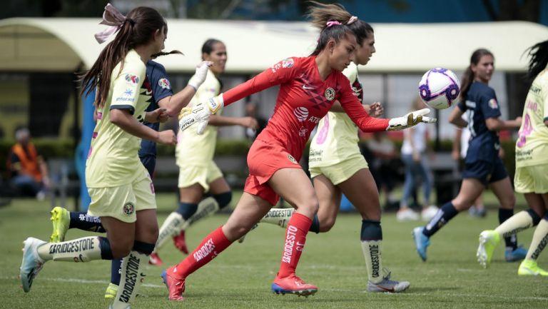 Jaidy Gutiérrez se prepara para despejar el balón