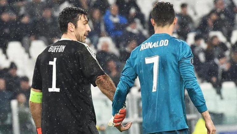 Buffon charla con Cristiano durante un partido