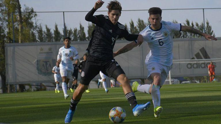 Acción en el Argentina vs México en la categoría sub 17