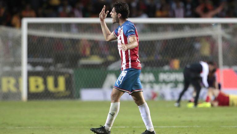 Antonio Briseño se lamenta durante un partido de Chivas