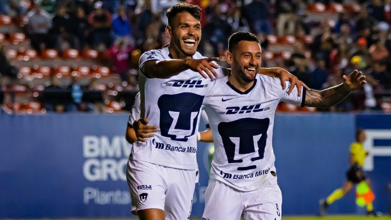 Nicolás Freire y Alan Mendoza festejan un gol