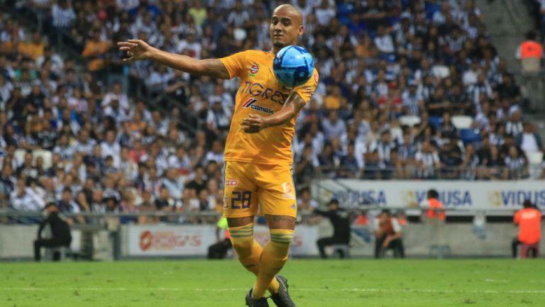 Chaka Rodríguez baja un balón durante un juego de Tigres