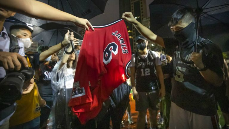 Manifestantes quemando un jersey de LeBron James
