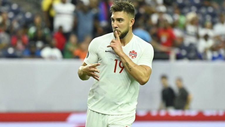Lucas Cavallini celebrando una anotación con Canadá