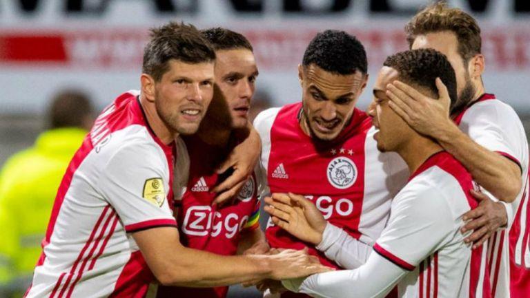 Jugadores del Ajax celebrando su anotación ante RCK Waalwijk