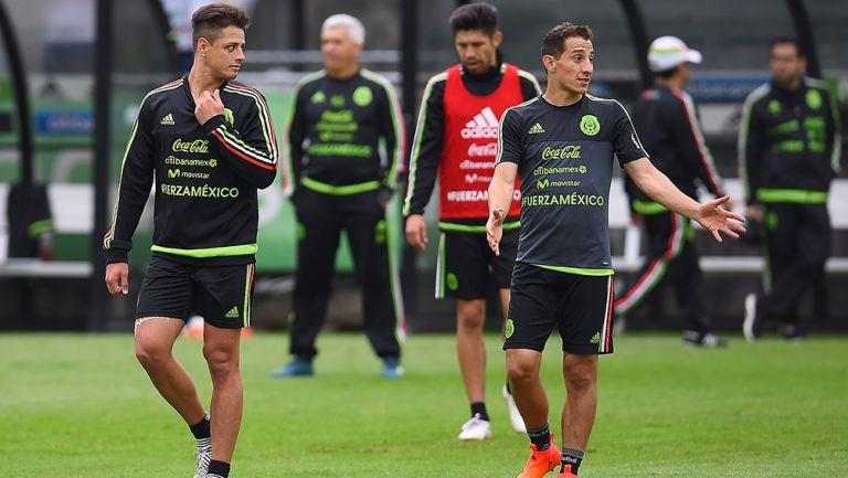 Chicharito y Guardado, durante un entrenamiento con el Tri
