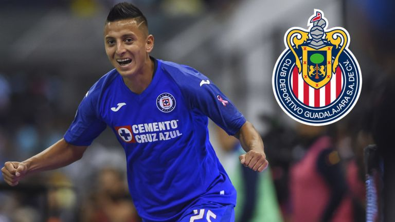 Roberto Alvarado celebra un gol con Cruz Azul