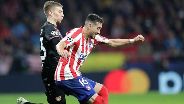 Herrera disputa un balón con Weiser
