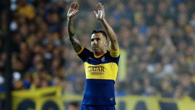 Carlos Tevez saluda a la afición de Boca